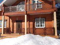 красивые ограждения веранды с балконом из дерева на даче.