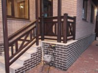 фото крыльца и лестницы с деревянным ограждением