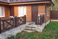 Вход на террасу деревянного дома.