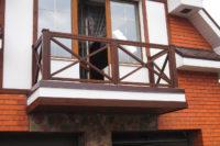 Деревянное ограждения балкона крестом.