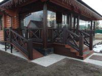 вход с пандусом на террасу с деревянным ограждением